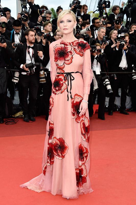 Kirsten-Duns-posa-en-la-red-carpet-de-la-gala-de-apertura-del-Festival-de-Cannes-2016-para-la-proyección-de-la-película-de-Woody-Allen-Cafe-Society.-1